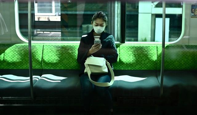 Ngày đầu tiên áp dụng tuyên bố khẩn cấp, cuộc sống người dân Nhật Bản thay đổi lạ thường - Ảnh 3.