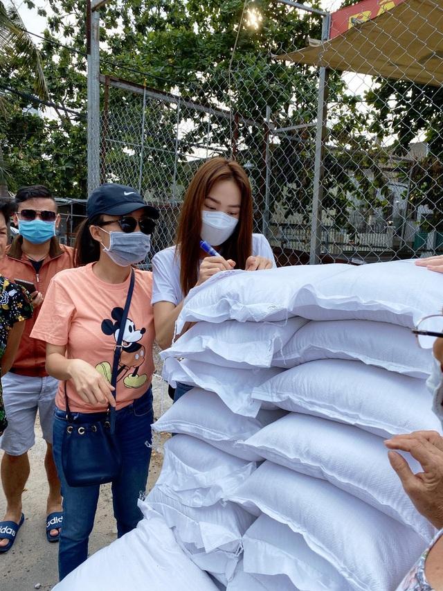 Minh Hằng phát gạo ủng hộ người nghèo mùa dịch - Ảnh 1.