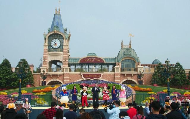 Những hình ảnh chưa từng thấy trong ngày công viên Disney đầu tiên trên thế giới tái mở cửa - Ảnh 1.