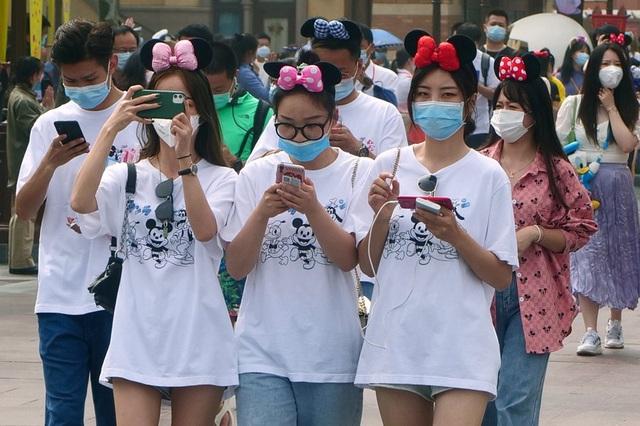 Những hình ảnh chưa từng thấy trong ngày công viên Disney đầu tiên trên thế giới tái mở cửa - Ảnh 5.