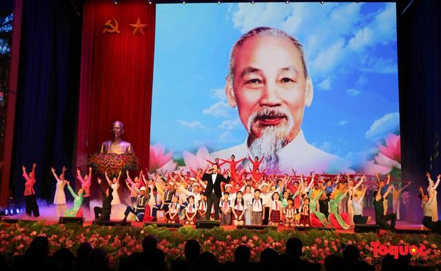 Trang trọng Lễ kỷ niệm 130 năm Ngày sinh Chủ tịch Hồ Chí Minh - Ảnh 17.