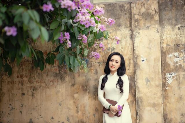 BTV Hoài Anh hóa nữ sinh, diện áo dài bên bằng lăng tím - Ảnh 7.