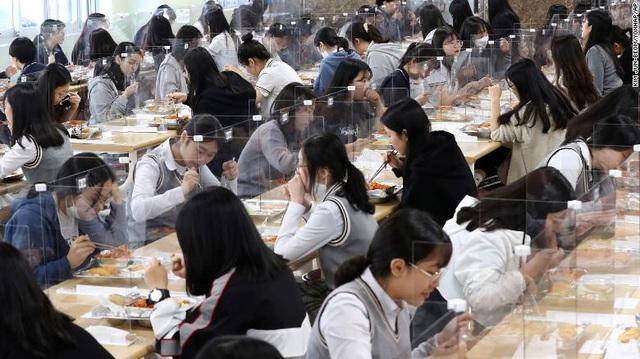 CNN: Học sinh châu Á trở lại trường, nhưng giáo dục hậu Covid-19 không phải không có khó khăn - Ảnh 1.