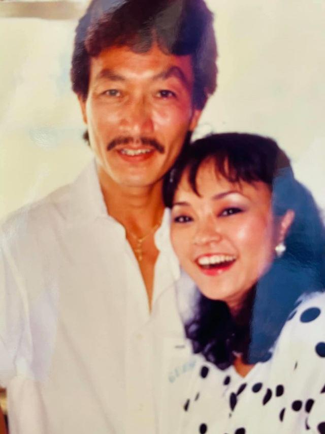 Danh ca Hương Lan khoe ảnh ngọt ngào với ông xã cách đây 34 năm - Ảnh 2.