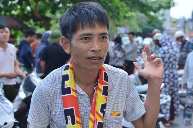 """CĐV Nam Định bất chấp nắng nóng xếp hàng chờ mua vé: """"Vui đến mất ăn mất ngủ"""" - Ảnh 6."""