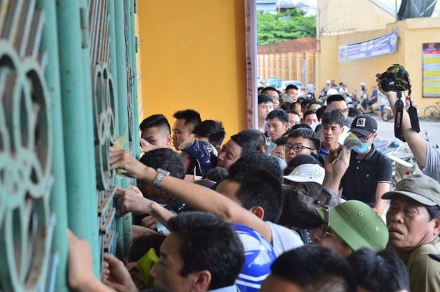 """CĐV Nam Định bất chấp nắng nóng xếp hàng chờ mua vé: """"Vui đến mất ăn mất ngủ"""" - Ảnh 8."""