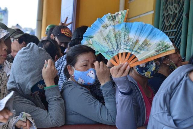 """CĐV Nam Định bất chấp nắng nóng xếp hàng chờ mua vé: """"Vui đến mất ăn mất ngủ"""" - Ảnh 7."""