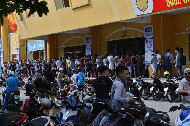 """CĐV Nam Định bất chấp nắng nóng xếp hàng chờ mua vé: """"Vui đến mất ăn mất ngủ"""" - Ảnh 1."""