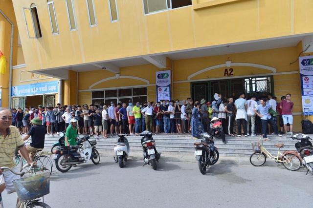 """CĐV Nam Định bất chấp nắng nóng xếp hàng chờ mua vé: """"Vui đến mất ăn mất ngủ"""" - Ảnh 2."""