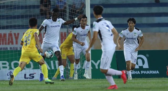 Thất bại đau trước Nam Định, HLV HAGL đổ lỗi cho sân cỏ - Ảnh 1.