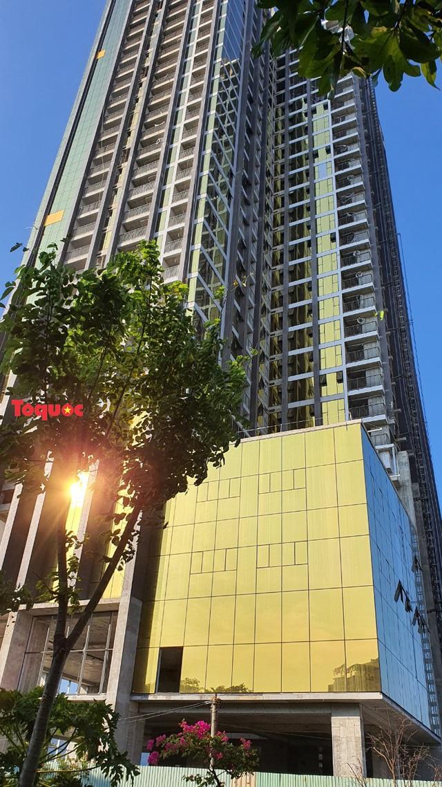 Phạt hai chủ đầu tư tòa nhà ốp kính vàng phản quang gây chói mắt - Ảnh 1.