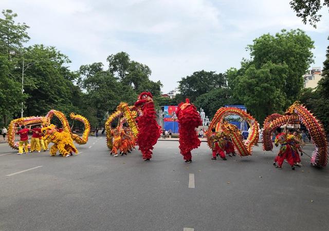 Trình diễn múa rồng truyền thống tại không gian đi bộ khu vực hồ Hoàn Kiếm - Ảnh 1.