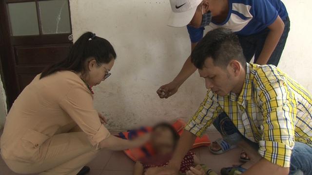 Hai chiến sỹ CSGT lao mình xuống sông Hương cứu người phụ nữ nhảy cầu tự tử - Ảnh 1.