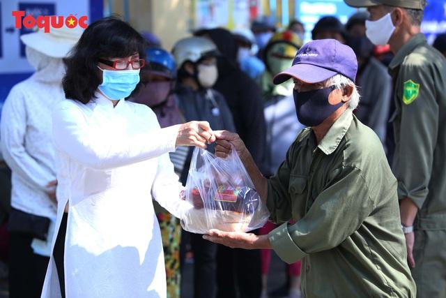 """""""Siêu thị 0 đồng"""" giúp những hoàn cảnh khó khăn ở Đà Nẵng giữa mùa dịch - Ảnh 14."""