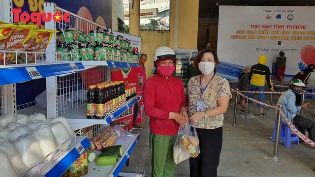 """""""Siêu thị 0 đồng"""" giúp những hoàn cảnh khó khăn ở Đà Nẵng giữa mùa dịch - Ảnh 11."""