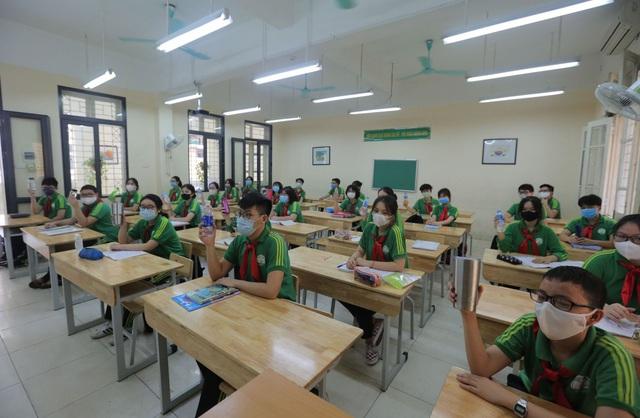 Bộ GDĐT yêu cầu không thực hiện giãn cách, được sử dụng điều hòa trong lớp học - Ảnh 1.