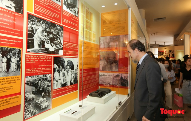 Khai mạc trưng bày chuyên đề: Hồ Chí Minh - Những nét phác họa chân dung; Những tấm gương bình dị mà cao quý  - Ảnh 13.