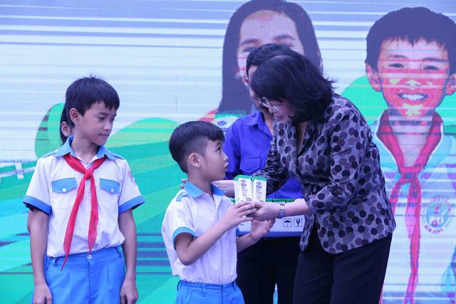 Học sinh miền núi Quảng Nam vui mừng khi được uống sữa tại trường - Ảnh 2.