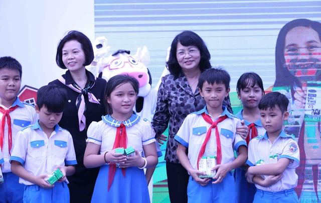 Học sinh miền núi Quảng Nam vui mừng khi được uống sữa tại trường - Ảnh 3.