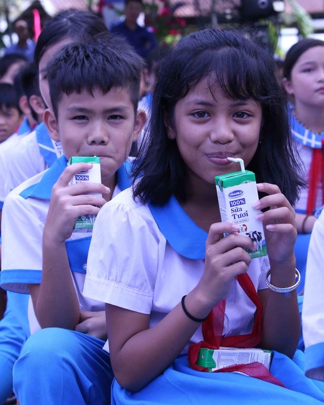 Học sinh miền núi Quảng Nam vui mừng khi được uống sữa tại trường - Ảnh 7.