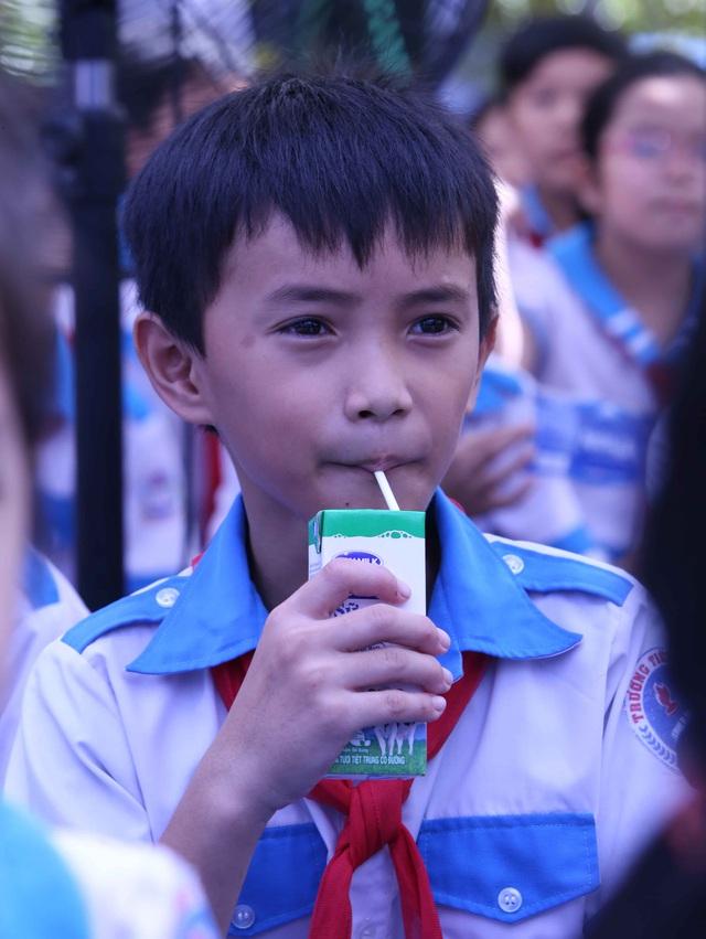 Học sinh miền núi Quảng Nam vui mừng khi được uống sữa tại trường - Ảnh 6.