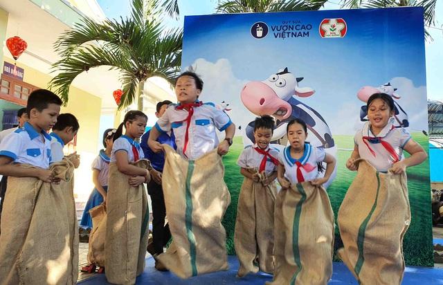 Học sinh miền núi Quảng Nam vui mừng khi được uống sữa tại trường - Ảnh 10.