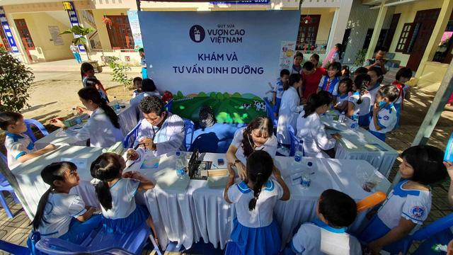 Học sinh miền núi Quảng Nam vui mừng khi được uống sữa tại trường - Ảnh 8.