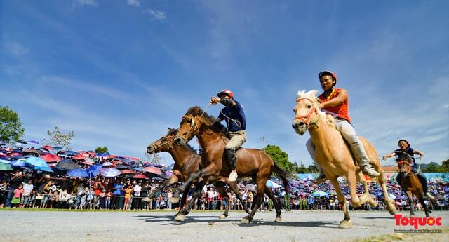 """Độc đáo giải đua ngựa thồ và những kị sĩ """"chân đất"""" ở Bắc Hà - Ảnh 18."""