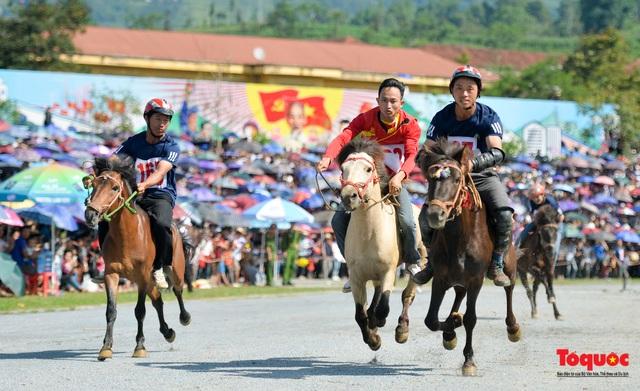 """Độc đáo giải đua ngựa thồ và những kị sĩ """"chân đất"""" ở Bắc Hà - Ảnh 16."""