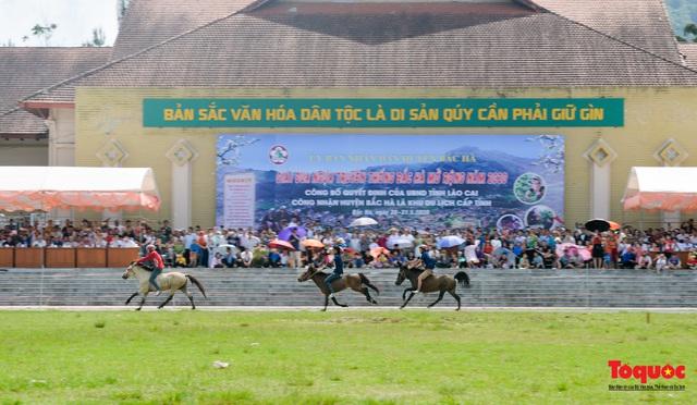 """Độc đáo giải đua ngựa thồ và những kị sĩ """"chân đất"""" ở Bắc Hà - Ảnh 1."""
