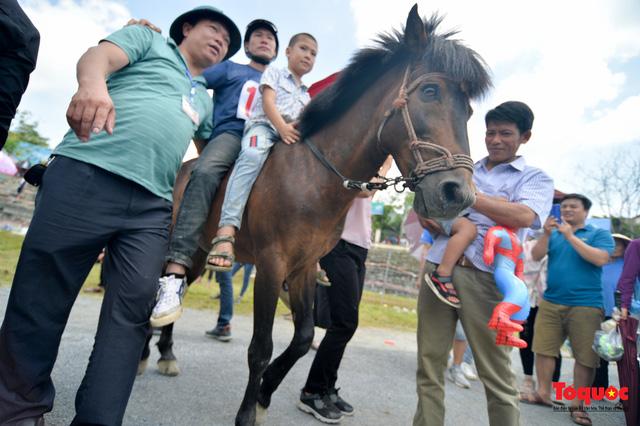 """Độc đáo giải đua ngựa thồ và những kị sĩ """"chân đất"""" ở Bắc Hà - Ảnh 20."""