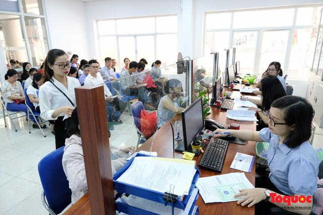 Hà Nội: Hàng trăm người xếp hàng từ sáng sớm làm thủ tục hưởng trợ cấp thất nghiệp sau Covid -19 - Ảnh 11.