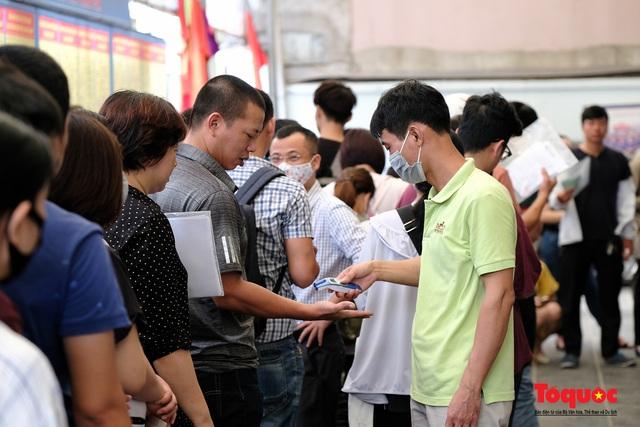 Hà Nội: Hàng trăm người xếp hàng từ sáng sớm làm thủ tục hưởng trợ cấp thất nghiệp sau Covid -19 - Ảnh 5.