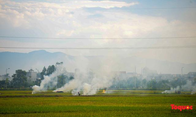 Nông dân lại đốt rơm rạ, khói bụi đang bủa vây ngoại thành Hà Nội - Ảnh 13.