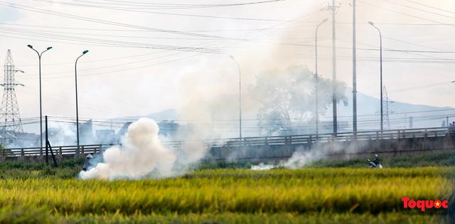 Nông dân lại đốt rơm rạ, khói bụi đang bủa vây ngoại thành Hà Nội - Ảnh 8.