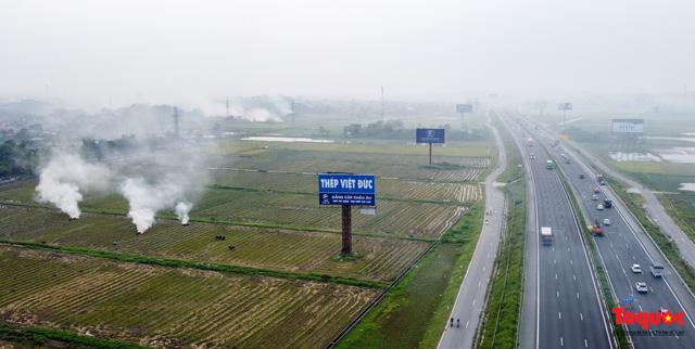 Nông dân lại đốt rơm rạ, khói bụi đang bủa vây ngoại thành Hà Nội - Ảnh 11.
