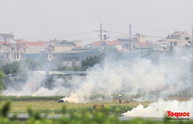 Nông dân lại đốt rơm rạ, khói bụi đang bủa vây ngoại thành Hà Nội - Ảnh 1.