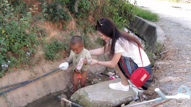 Cô gái còn một chân sau tai nạn giao thông truyền cảm hứng sống đến người nghèo, người khuyết tật - Ảnh 4.