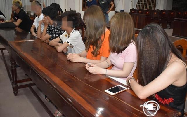 Kiểm tra quán karaoke ở Quảng Trị, công an phát hiện 30 người dương tính với ma túy - Ảnh 1.