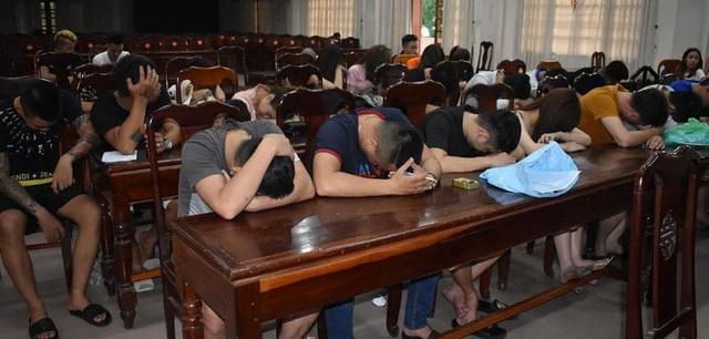 Kiểm tra quán karaoke ở Quảng Trị, công an phát hiện 30 người dương tính với ma túy - Ảnh 2.