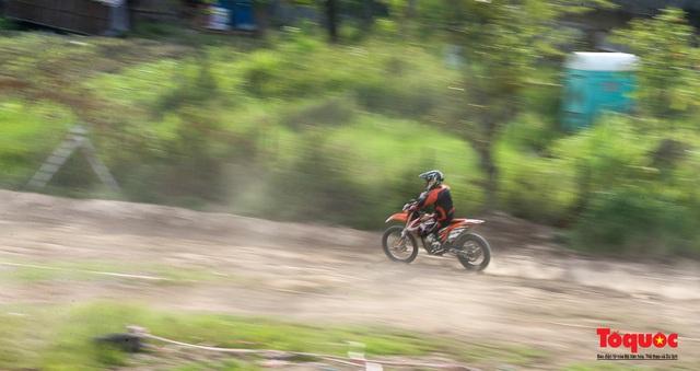 Mãn nhãn xem các tay đua mô tô địa hình phô diễn kỹ thuật tại Hà Nội - Ảnh 16.