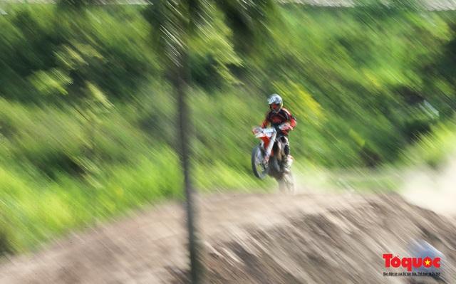 Mãn nhãn xem các tay đua mô tô địa hình phô diễn kỹ thuật tại Hà Nội - Ảnh 14.