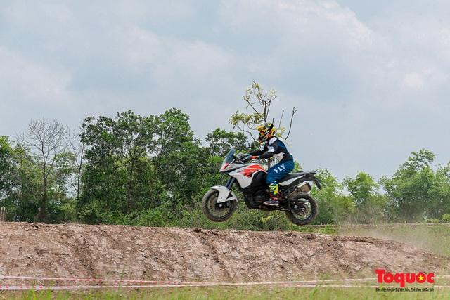 Mãn nhãn xem các tay đua mô tô địa hình phô diễn kỹ thuật tại Hà Nội - Ảnh 12.