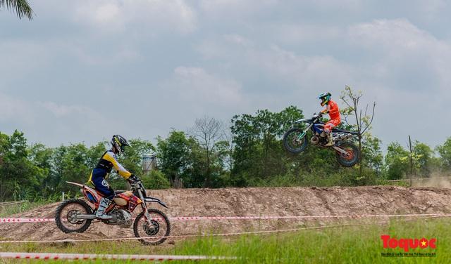 Mãn nhãn xem các tay đua mô tô địa hình phô diễn kỹ thuật tại Hà Nội - Ảnh 1.