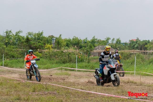 Mãn nhãn xem các tay đua mô tô địa hình phô diễn kỹ thuật tại Hà Nội - Ảnh 4.