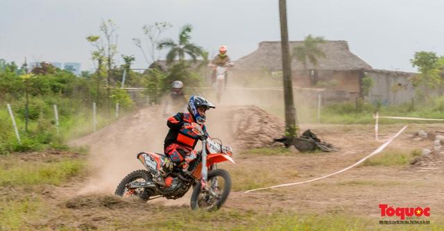Mãn nhãn xem các tay đua mô tô địa hình phô diễn kỹ thuật tại Hà Nội - Ảnh 3.