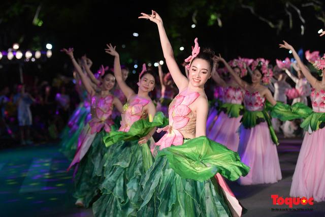 Rực rỡ sắc màu từ lễ hội đường phố ''Hà Nội - điểm đến xanh'' - Ảnh 23.
