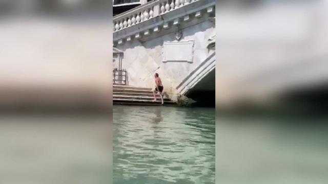 """""""Liều mình"""" bơi ở kênh đào Venice: Du khách Đức hứng án phạt 18 triệu VND - Ảnh 1."""