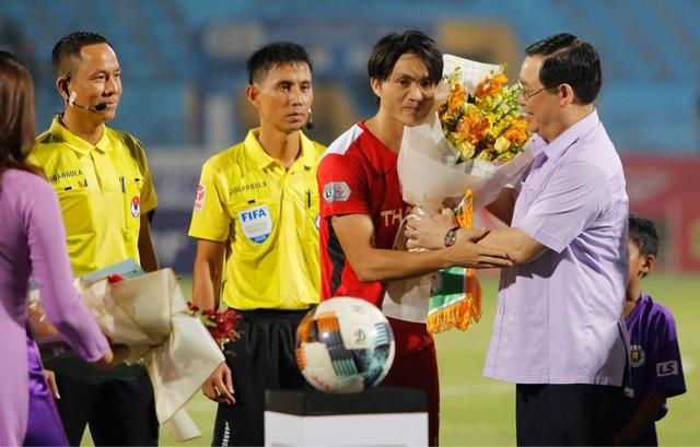Bí thư Thành ủy Hà Nội Vương Đình Huệ tặng hoa cầu thủ Hà Nội FC, HAGL, chúc mừng sự trở lại của V-League - Ảnh 1.