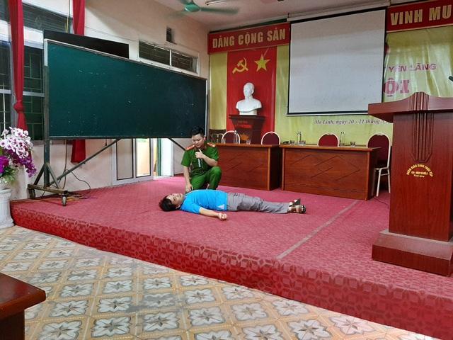 Huấn luyện về PCCC và CNCH tại trường THPT Yên Lãng - Ảnh 1.